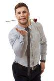 Rosa rossa bella della tenuta dell'uomo nella sua bocca Fotografia Stock Libera da Diritti