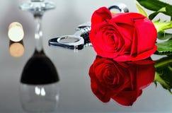 Rosa rossa come manifestazione di amore per il giorno del ` s del biglietto di S. Valentino Il concetto di giorno del ` s del big immagine stock libera da diritti