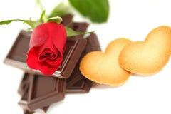 Rosa rossa con cioccolato ed il biscotto Immagine Stock