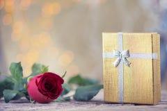Rosa rossa con il presente su bello fondo per il ` s da del biglietto di S. Valentino Immagine Stock Libera da Diritti
