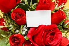 Rosa rossa con un regalo in bianco Fotografia Stock Libera da Diritti