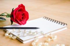 Rosa rossa del fuoco con il diario in bianco Fotografie Stock