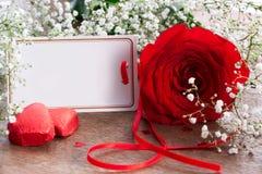 Rosa rossa e cartolina d'auguri Fotografie Stock