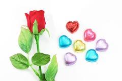 Rosa rossa e decorazione colourful del cuore per il San Valentino su fondo bianco Fotografia Stock Libera da Diritti