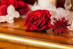 Rosa rossa e farfalla di bianco Immagini Stock