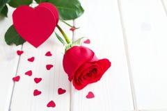 Rosa rossa e piccoli cuori Fotografie Stock