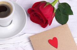 Rosa rossa e una busta rossa del cuore Immagine Stock Libera da Diritti