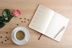 Rosa rossa e una tazza di caffè e un diario con i giorni della settimana e Immagini Stock Libere da Diritti