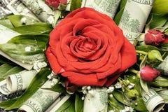 Rosa rossa in mazzo decorato con cento dollari Fotografie Stock Libere da Diritti
