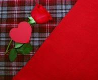 Rosa rossa su tessuto Fotografia Stock