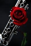 Rosa rossa sul Clarinet Immagini Stock