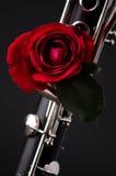 Rosa rossa sul nero Bk del Clarinet Fotografia Stock