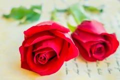 Rosa rossa sulla lettera d'annata Fotografia Stock