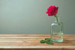 Rosa rossa sulla tavola di legno per la celebrazione di festa della Mamma Fotografia Stock Libera da Diritti