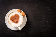 Rosa rossa Tazza del caffè del cappuccino con cuore su schiuma fotografia stock