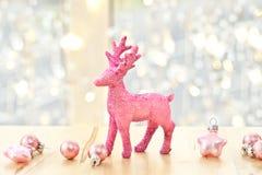 Rosa Rotwild- und Weihnachtsdekorationen Stockfoto