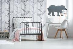 Rosa sängöverkast på säng Royaltyfri Fotografi