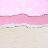 Rosa sönderrivet papper över texturerad kanfasbakgrund Arkivfoton