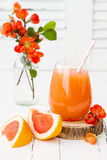 Rosa saftig hemlagad grapefruktcoctail med alkohol över trätabellen för gammal tappning Arkivfoto