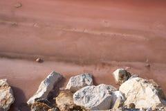 Rosa Salzpfanne bei Margherita Di Savoia in Puglia, Italien Wasser ist rosa Krebstiere, die in ihm leben stockbild