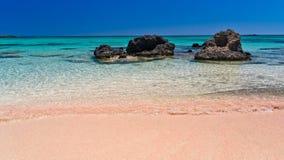 Rosa sand av den Elafonisi stranden, ö av Kreta royaltyfria bilder