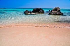 Rosa sand av den Elafonisi stranden Arkivbild