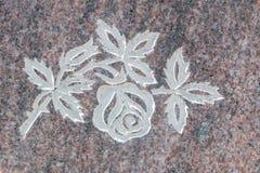 Rosa santamente cinzelou na superfície da pedra Foto de Stock