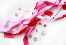 Rosa satängband och knappar Royaltyfri Foto