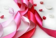 Rosa satängband och knappar Arkivbilder