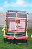 Rosa schönes Haus in einer Spielplatz Trampoline mit Sicherheitsnetz stockbild