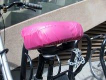 Rosa schützender Fahrradsitzbezug Lizenzfreie Stockfotografie