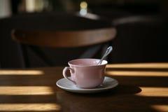 Rosa Schale, die auf einen Tee wartet stockbild