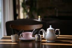 Rosa Schale und weiße Teekanne stockfotografie