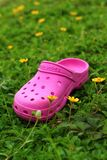 Rosa Schuhe auf Gras - im Garten Lizenzfreies Stockbild