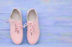 Rosa Schuhe der Frauen stockfoto
