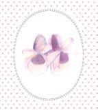 Rosa Schuhe des Aquarells mit Bogen für ein kleines Mädchen Handgemalte Babypartykarte Lizenzfreie Stockbilder