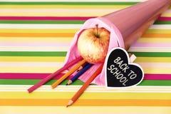 Rosa Schultasche mit Text zurück zu Schule Stockbilder
