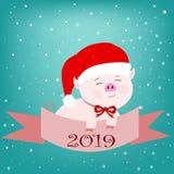 Rosa Schwein in einem Hut von Santa Claus mit einem roten Bogen mit einem Band und Zahlen auf einem blauen Hintergrund auf dem Si stock abbildung