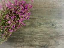 Rosa secado, flores roxas no fundo de madeira fotos de stock
