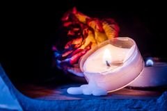 Rosa secca con la candela fusa della luce del tè in atmosfera lunatica fotografia stock libera da diritti