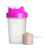 Rosa shaker och kopp av proteinpulver för den isolerade flickan Fotografering för Bildbyråer