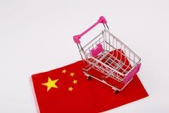 Rosa shoppingvagn på porslinflagga Fotografering för Bildbyråer