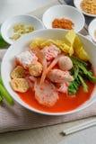 Rosa skaldjurlägenhetnudel Tom Yum Yen-Ta-Fo Arkivfoto