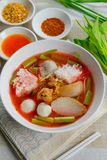 Rosa skaldjurlägenhetnudel Tom Yum Yen-Ta-Fo Fotografering för Bildbyråer