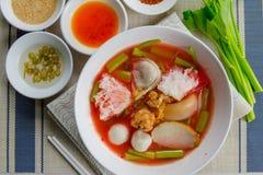 Rosa skaldjurlägenhetnudel Tom Yum Yen-Ta-Fo Arkivfoton