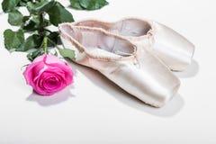 rosa skor för balett Arkivfoton