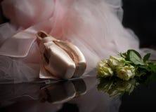 Rosa skor för satinebalettpointe och vita rosor Royaltyfri Bild