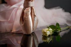 Rosa skor för satinebalettpointe och vita rosor Royaltyfria Foton