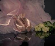 Rosa skor för satinebalettpointe och vita rosor Fotografering för Bildbyråer