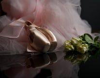 Rosa skor för satinebalettpointe och vita rosor Royaltyfria Bilder